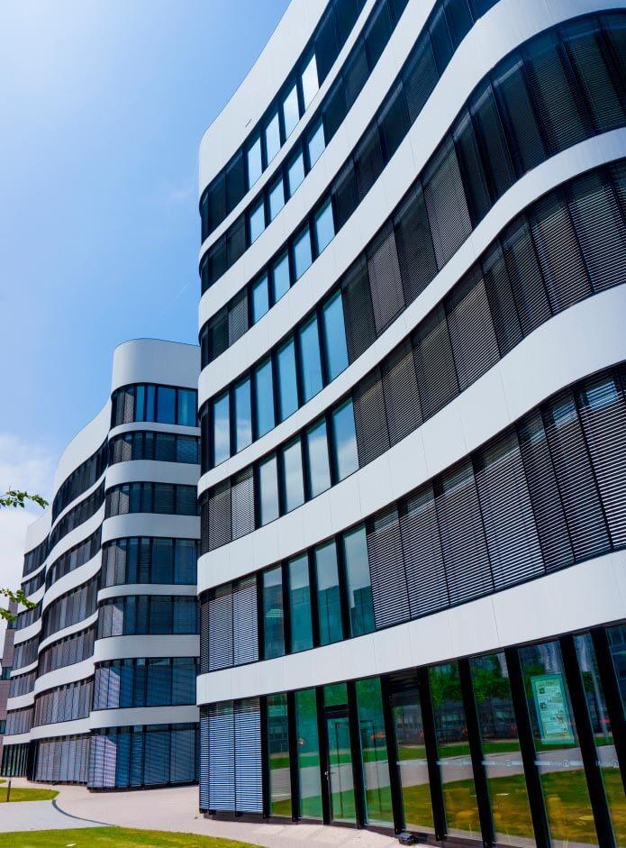 edificio com painel solar para janelas